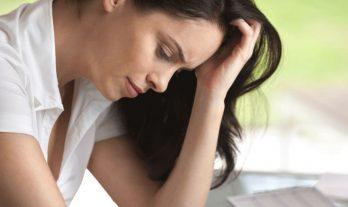 Vrouw denkt na over reorganisatie communiceren